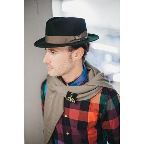 Hombre con sombrero Denis Fedora de Fieltro Hombre Verde Cinta Bronce de la sombrerería Fernández y Roche