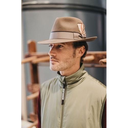 Hombre con Sombrero Gael Fedora de Fieltro Color Nogal Cinta Bronce sombrerería Fernández y Roche