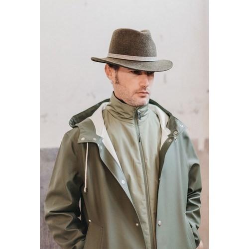 Hombre con sombrero John Fedora Color Verde Cinta Piel de la sombrerería Fernández y Roche