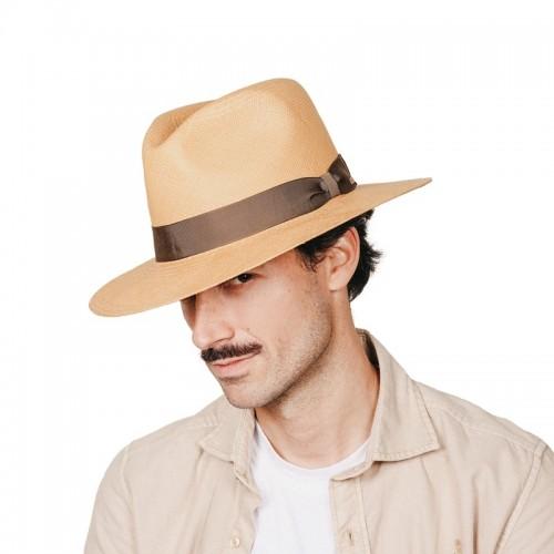 Uriel Sombrero de hombre panamá copa Fedora en color habano y cinta marrón chocolate. Hecho a mano en España. Fernández y ROCHE