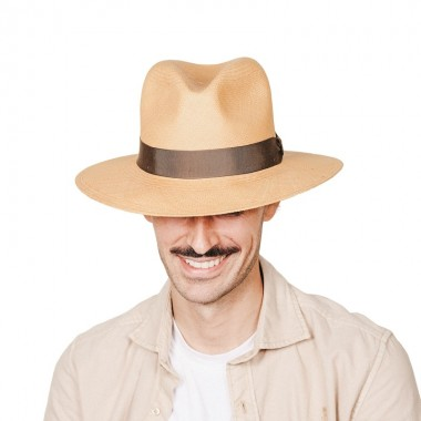 Uriel Sombrero de hombre para el verano panamá copa Fedora en color habano y cinta marrón chocolate. Fernández y ROCHE