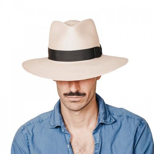 Galo sombrero de hombre panamá estilo traveller color nude y cinta negra fabricado a mano en España. Fernández y Roche