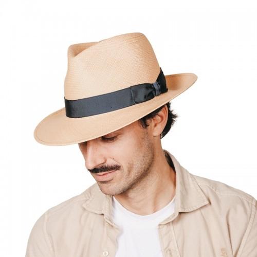 Lenon sombrero de hombre panamá color nude y cinta Grosgrain azul. Hecho a mano en España. Fernández y ROCHE
