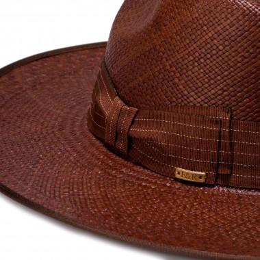 Color marrón y Decorado con cinta grosgrain a rayas. Fernández y Roche